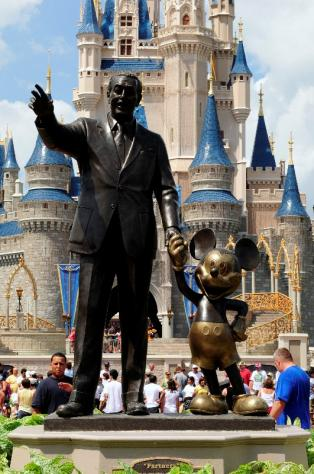 Standbeeld Walt Disney.Walt Disney And Mickey Mouse A Cultural Transformation